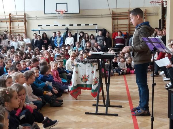 Adventi gyertyagyújtáson vettek részt a Baross Ovisok a József Attila Általános Iskolában